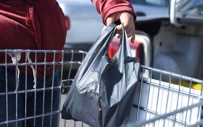 8771a518d La reglamentación prohíbe específicamente entregar a los consumidores bolsas  plásticas desechables para el acarreo de productos. / Yolanda Longino